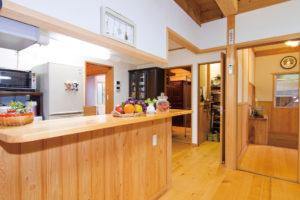 家族用の玄関からキッチンへ直行でき、水回りを集中させたことで最短の家事動線が実現。