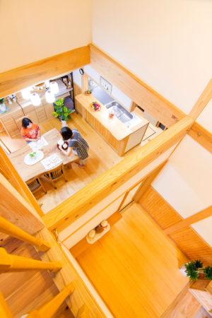 吹き抜けから見下ろすとキッチンとダイニングテーブルがあり、家族のコミュニケーションが取りやすい。