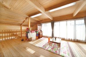 家具やパーテーションで自由にゾーニングできる2階の子どもスペース。今はワンルームのように使っている。