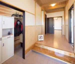 玄関には家族用シューズクロークあり。ホールの腰壁は弊社オリジナルのデザイン。
