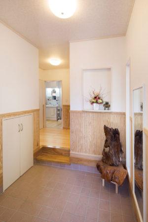 玄関ホールからすぐ洗面脱衣室へ行ける便利な動線。汗まみれで帰ってきた元気な子どもたちは靴を脱いだらそのまま、洗濯機とシャワーへ。
