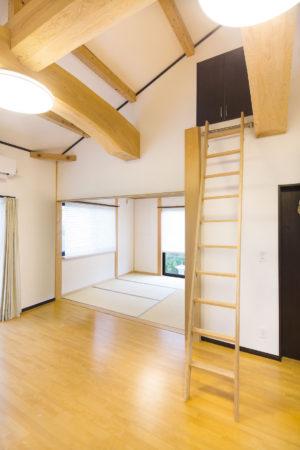 LDKのはしごの上は屋根裏のスペースを活用した大容量の収納部屋となっている。「将来は、子どもたちの隠れ家にもなりそうですね」とNさん。