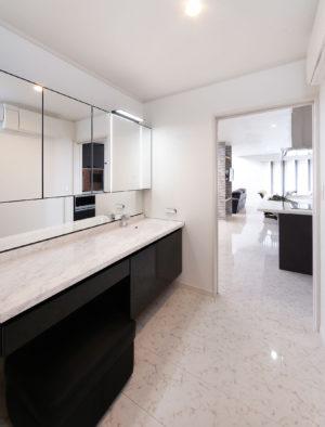 キッチンの横に水廻りを集約。サニタリーの手前に配置された洗面台が独立しているので、ゲストも気兼ねなく利用できる。