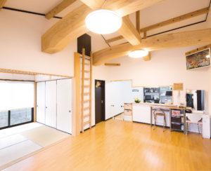 吹き抜けのLDKに和室をつなげた間取りが家の中心。対面式キッチンに立つと家族のくつろぐ様子が見え、子どもを遊ばせながら料理ができるのがうれしい。