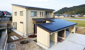 外観は、片流れの屋根にレンガ調サイディングが優雅な雰囲気。二台分の駐車スペースを確保して、なお余裕の広さ。屋根にはご主人待望の大容量太陽光パネルを搭載。
