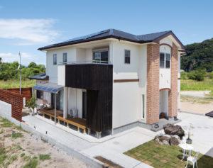 スタイリッシュなデザインに風格を感じさせるN邸。庭や外構は、左官職人であるお父様が担当。