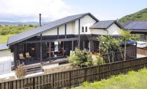 和風の庭が広がる東面に開口を集中。プライベートな雰囲気を大切にした。屋根が高いので平屋ながら迫力ある佇まいに。