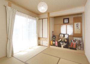 リビングの横にある床の間のある本格的な和室をしつらえた。ここからは開聞岳も望める。