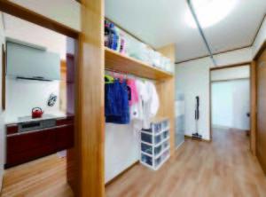 キッチン背面に設けられたユーティリティースペース。洗面・脱衣所にもつながり、子供たちの着替えも手間取らずに済む。右端のドアは家族用トイレ。